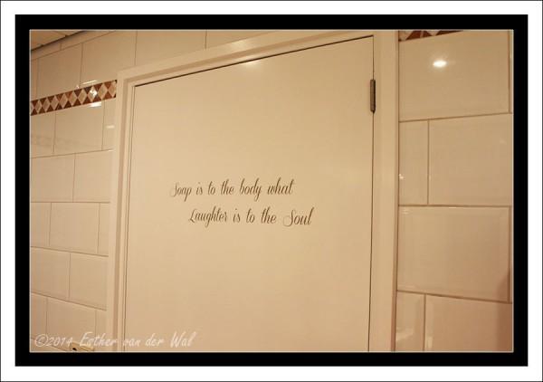 Tekst op deur badkamer gemaakt. Deze tekst wilde ik altijd al hebben voor de badkamer. Mede vanwege mijn grote hobby: zeepmaken!
