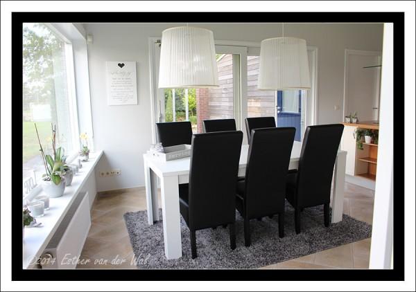 De eetkamertafel met zes stoelen