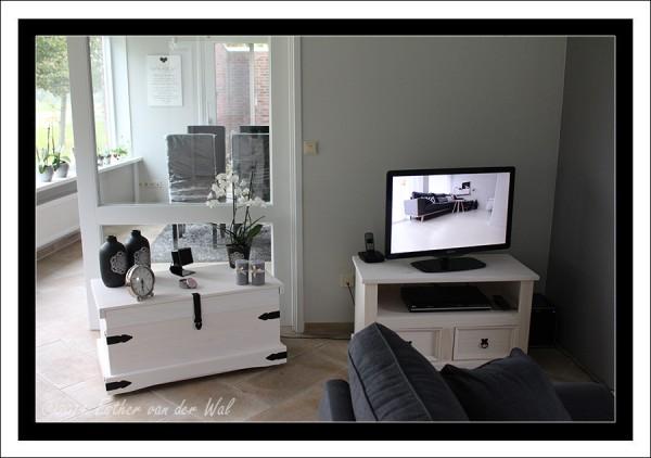 Dekenkist en televisiekast in de huiskamer