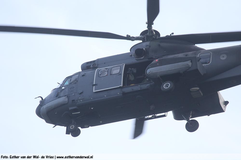 Legerhelikopter boven De Westereen